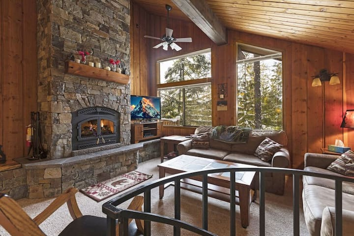 Wonderful 2 bedroom with hot tub and pool access and whitefish Lake shared beach