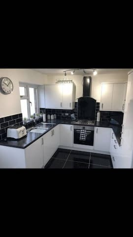 """MODERN DOUBLE BEDROOM, HIGHLY FURNISHED 43""""TV INCL"""