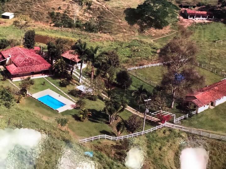 Sítio, em um vale a pouco mais de uma hora do Rio.