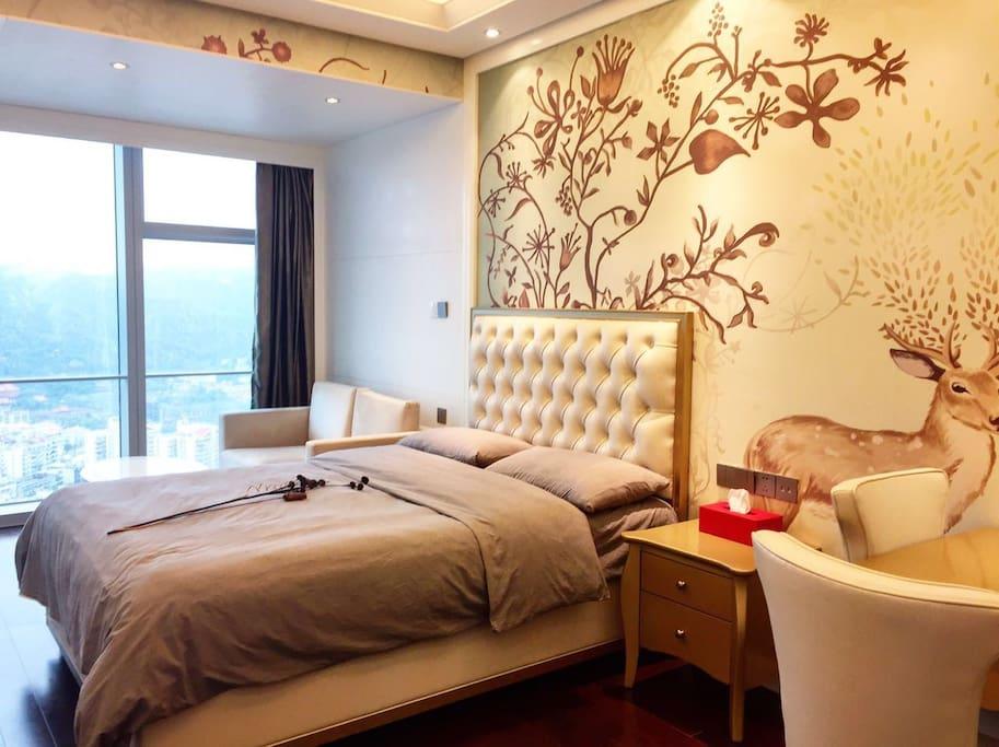 1.5米大床、棉麻被套;落地窗使房间采光充足,视野辽阔。