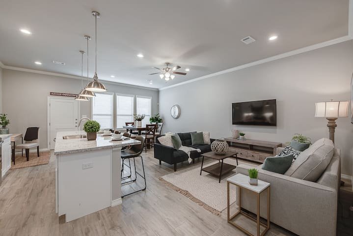 Modern, updated Townhome near Northgate!