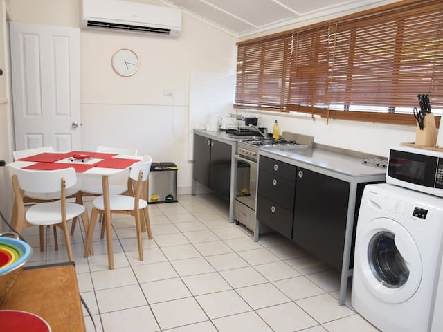 (S4) - Gorgeous One Bedroom - Pet Friendly - Cairns North