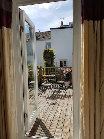 Trendy Central 1 Bed Flat with Roof Terrace