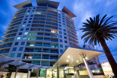 Private bedroom in beautiful beachside apartment - Surfers Paradise