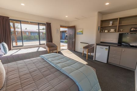 Private room in quiet location, 2 min walk to town