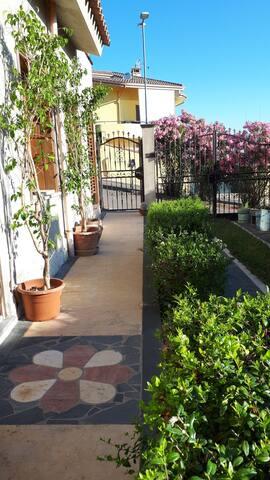 Guspini Graziosa casa sul giardino piano terra