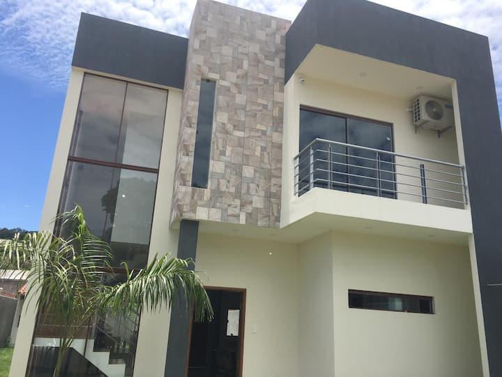 Casa moderna amoblada zona tranquila