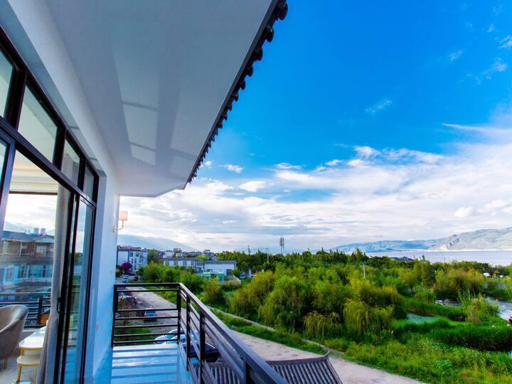 洱海边一线真海景,奢华海景大床房,超大阳台,海景浴缸,出门就是网红日出打卡点,位于景区中心生活便利