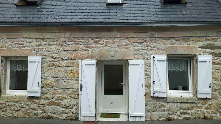 Petite maison bretonne, bord de mer