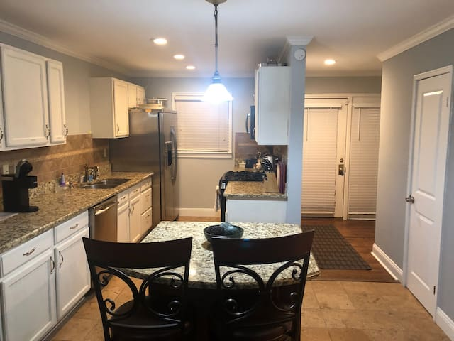3bd/2.5 mins from superbowl, heart of ATL location