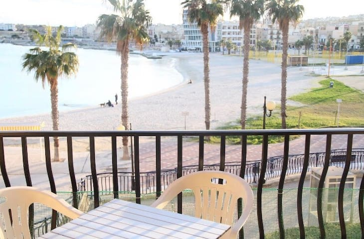 Seaview Apartment across the road from Sandy Beach - Birzebbuga  - Departamento