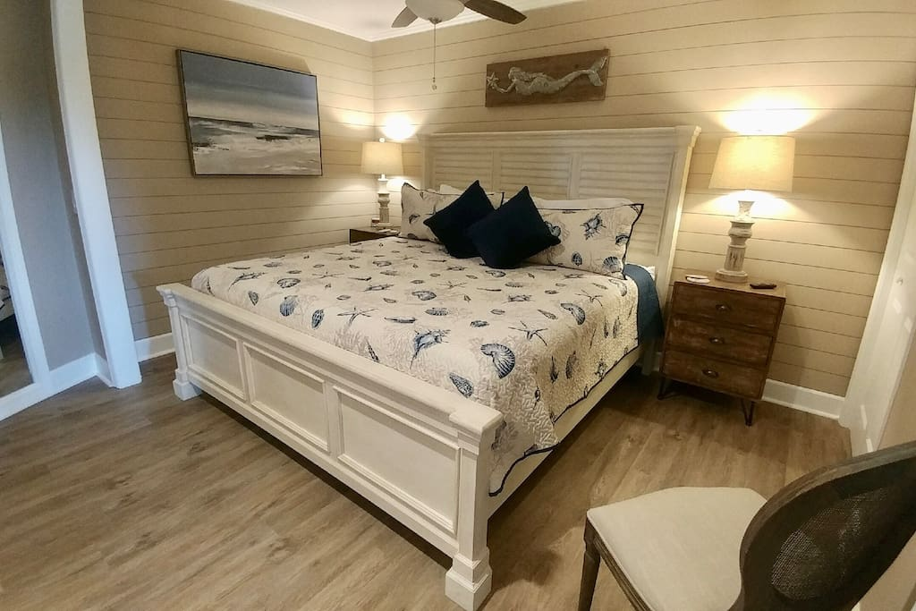 KING BED, SmartTV & 2 closets!  Roomy with super soft sheets and cozy new mattress!