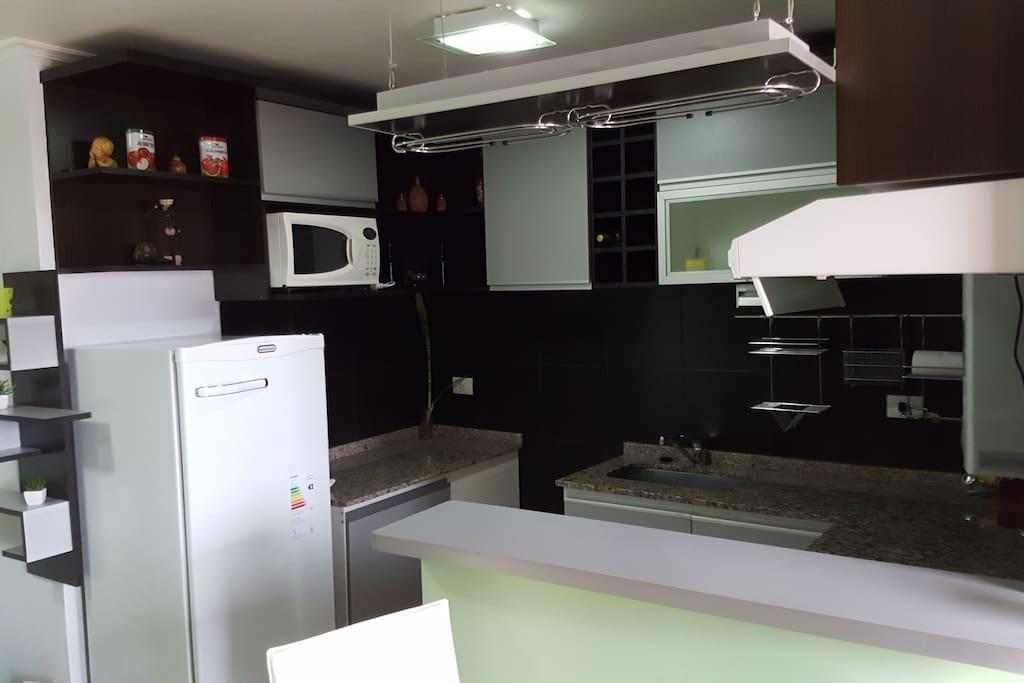 Cocina con desayunador, incluye heladera, microondas y pava eléctrica