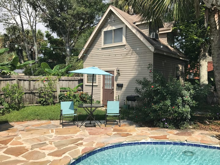 Tiny House with shared pool, 6 blocks to the beach