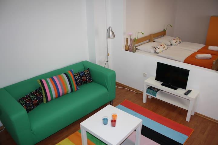 COZY LITTLE HOUSE FOR 2/MAIN BUS ST - Záhřeb - Dům