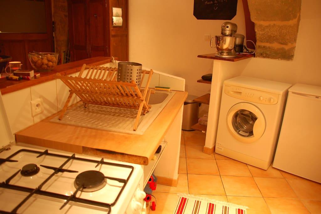 La cuisine est équipée d'un frigo, d'une gazinière, d'un four, d'une machine à laver le linge, d'une cafetière, d'un grille pain et d'une bouilloire.