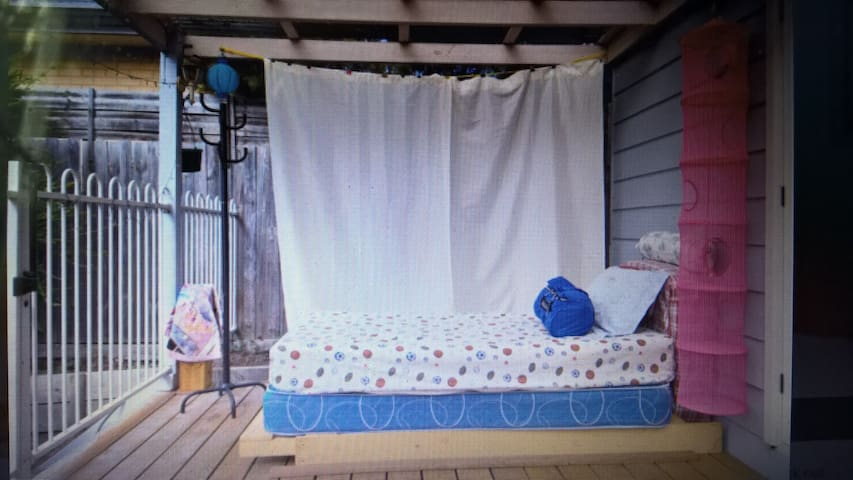 real bed at nice & big deck under covered- bayside - Frankston