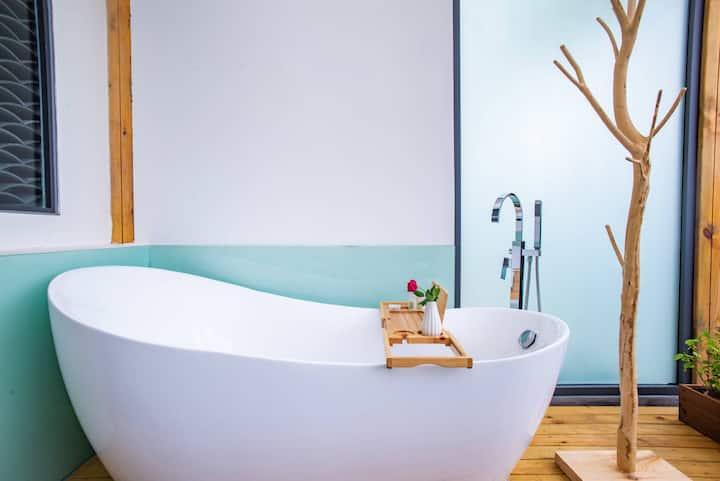 102轻安 双人大床房,带独立景观露台,室外浴缸,室内Wi-Fi接口,独立干湿分离卫生间。