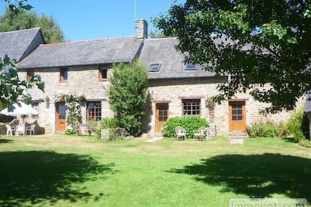 Maison de caractère à la campagne - Saint-Berthevin-la-Tannière - บ้าน