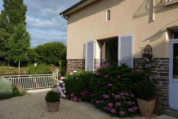 Chambre dans maison 5 mn Parc Expo/Aéroport Rennes - Noyal-Châtillon-sur-Seiche - Huis