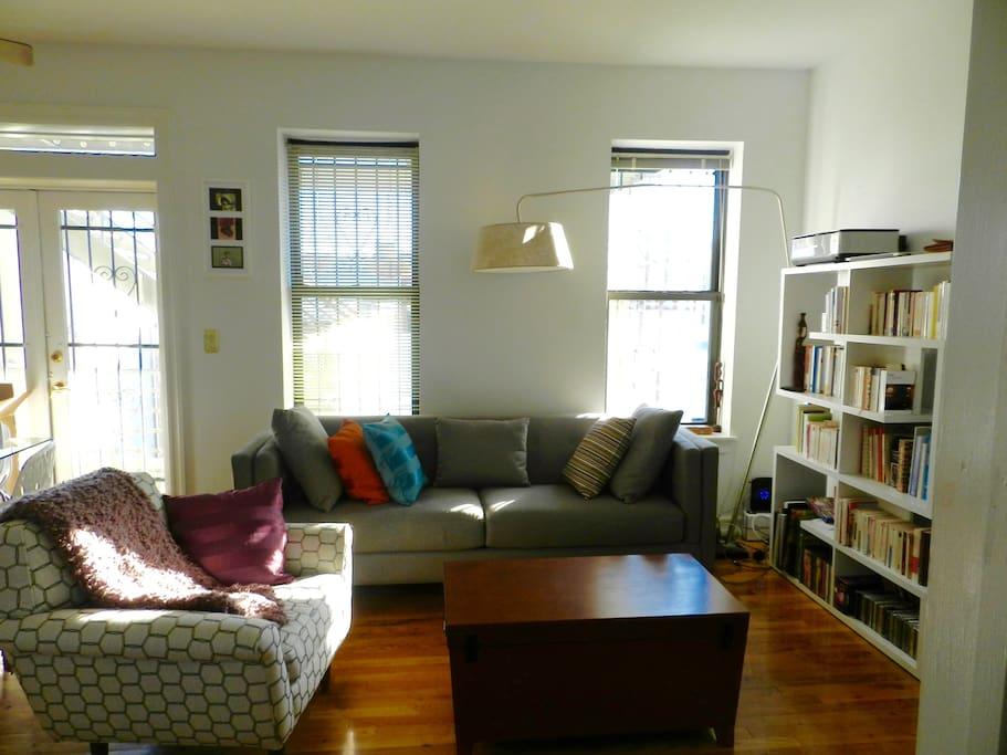 salon avec accès au balcon / living-room, access balcony