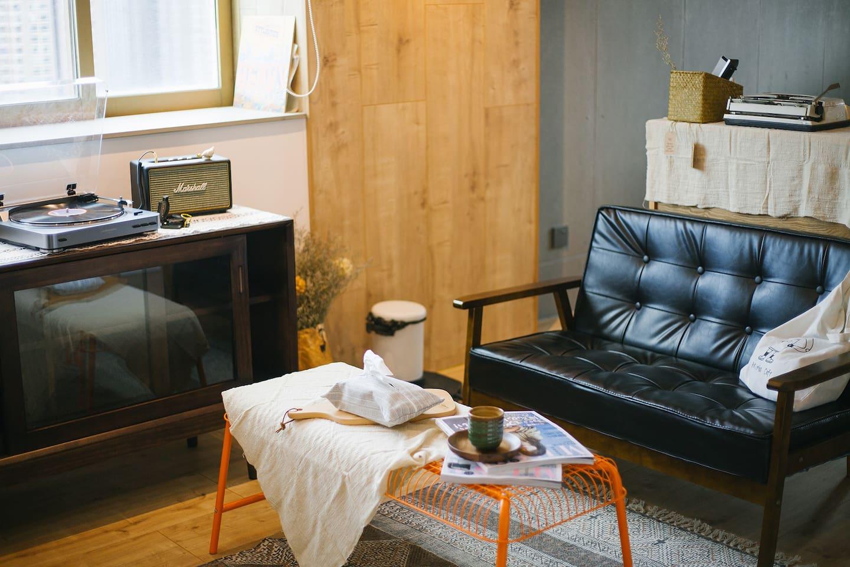 整套房子由原来的两房一厅改成大公寓型日式vintage风格,从亲自设计到装修监工再到软装布置,历经3个多月完成,用心带给租客一个真实温馨的民宿