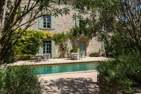 Le Mas de la Chapelle - Suite parentale Curieuse - Sainte-Anastasie - Aubarne - Bed & Breakfast
