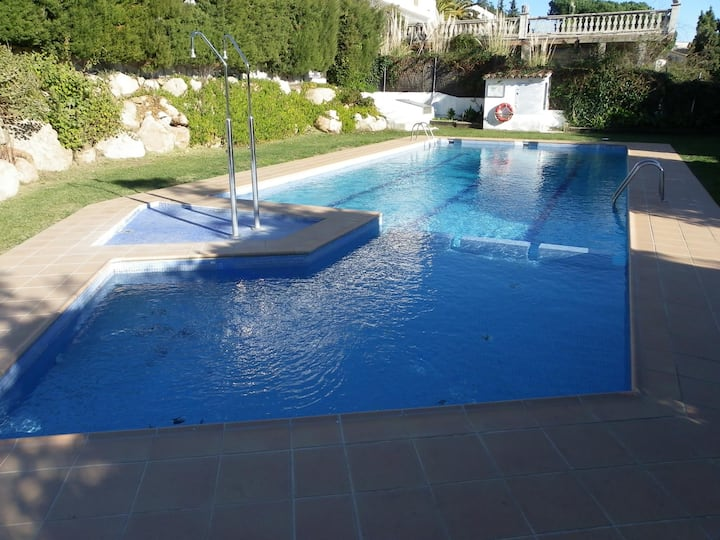 DANLUX CARLA . HOUSE WHITH A COMUNITY POOL