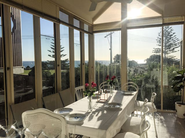 Beautiful Bay Views, close to shops + train - Hampton - Apartamento