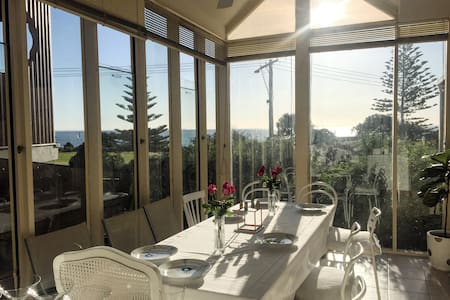 Beautiful Bay Views, close to shops + train - Hampton - Apartment