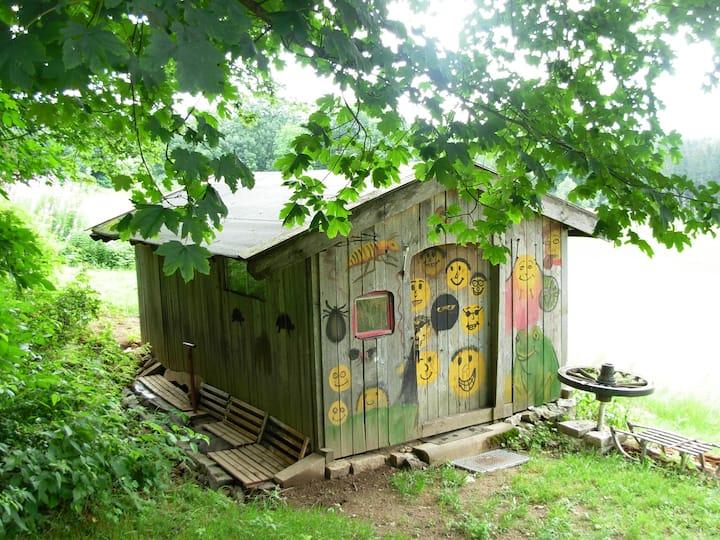 """Kleine einfache Hütte als """"Zelt"""" in der Zelt-Oase"""