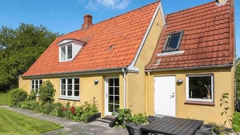 Ældre hus i rolige omgivelser.