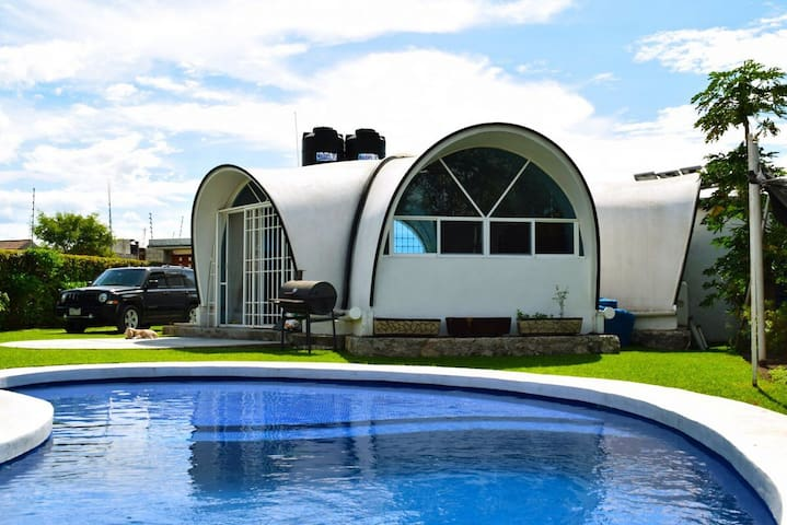 Casa ecol gica y sustentable con piscina y bar case in for Piscina sustentable