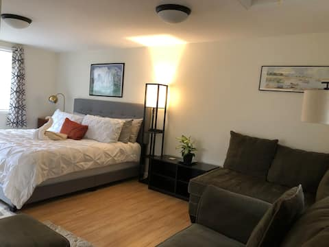 Sunny Neighbor Lane Guesthouse, king, washer/dryer