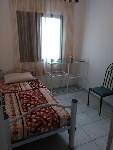 quarto simples, limpinho e silencioso, próximo a tudo