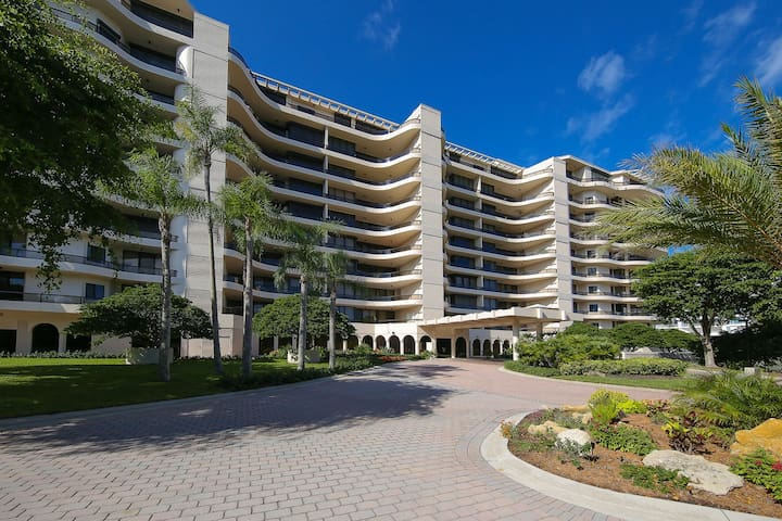 Luxurious 2 bedroom 2 bath condo at L'Ambiance directly on Longboat Key Beach!