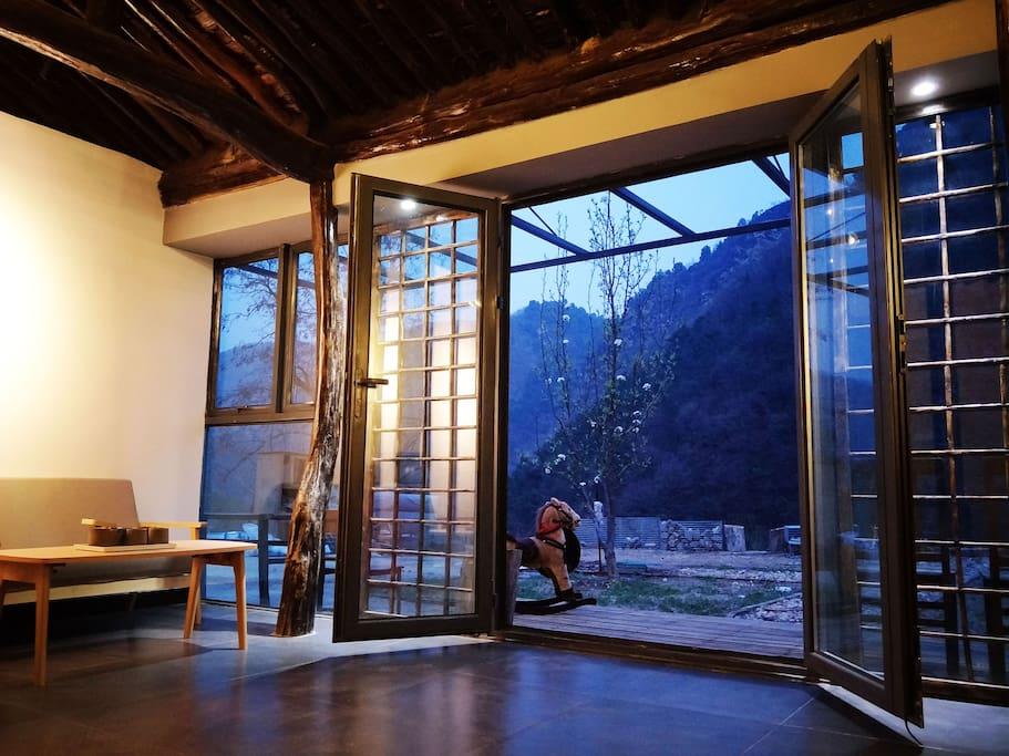玻璃幕墙让客厅更加宽敞明亮