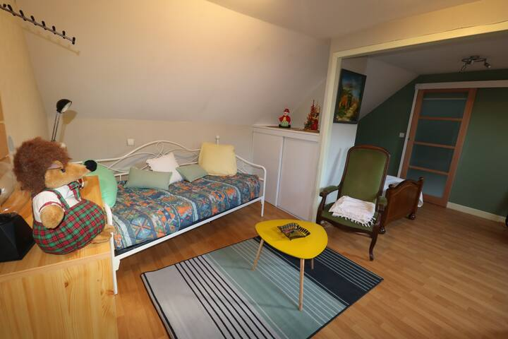 espace détente (chambre 3) avec banquette et  lit de 90