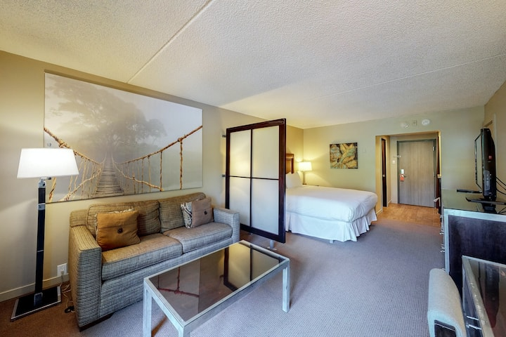 Ski-in/out, family-friendly room w/ mountain view, WiFi, shared hot tub/pool/gym