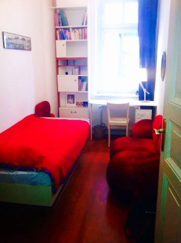 Cozy little room in Friedrichshain - Women only!