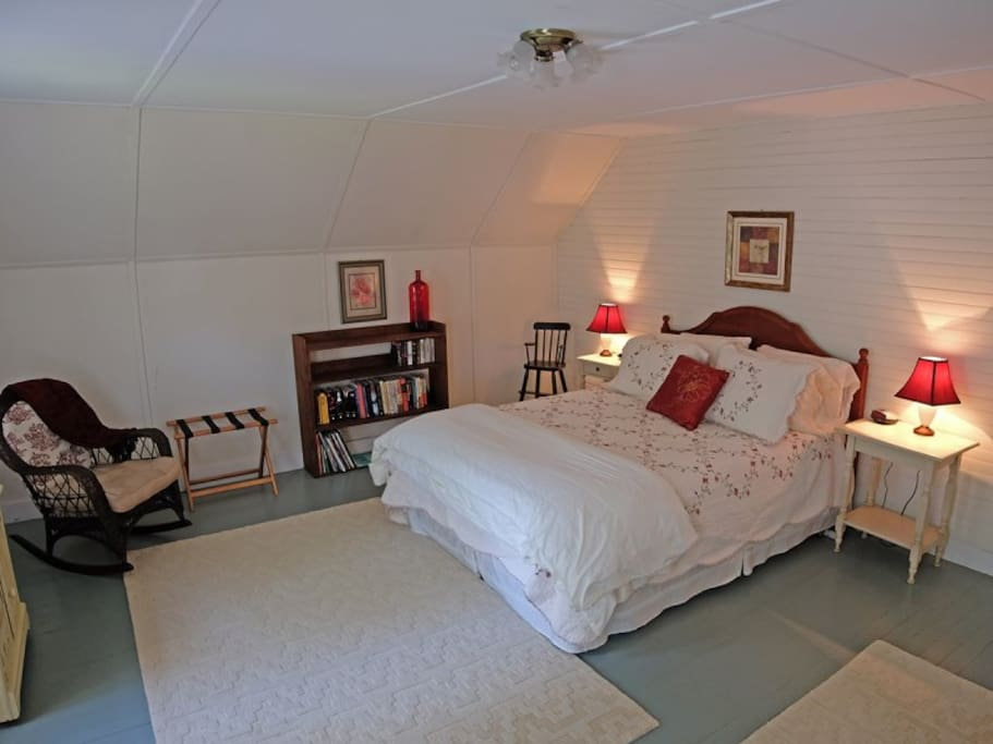 Back bedroom. Queen bed.
