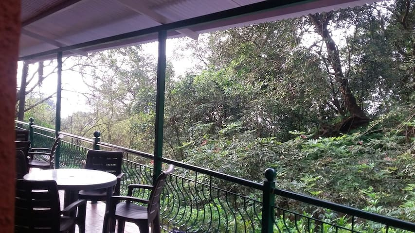 PANORAMIC VIEWS OF FOREST & HILLS- KSHITIJ COTTAGE - Matheran - Szoba reggelivel