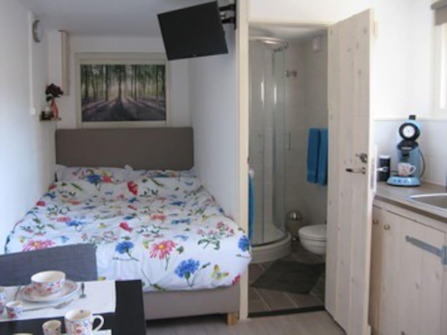 Bed en eigen badkamer