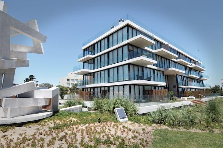 Moderno apartamento en edificio frente al mar