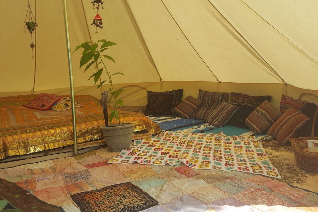 Kleurrijke, oosterse kussens en kleden in de Sahipietent