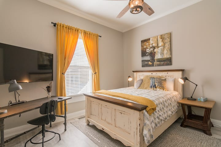 1906 Rustic Comfort - Entire Apartment