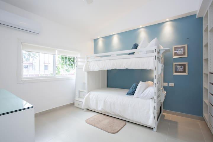 Recamara # 2 Litera con 3 camas individuales.  Bedroom # 2  Bunk bed with three single beds.