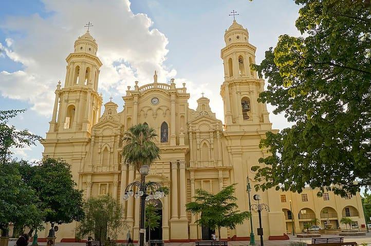 El departamento esta a pocas cuadras de Catedral en el centro.