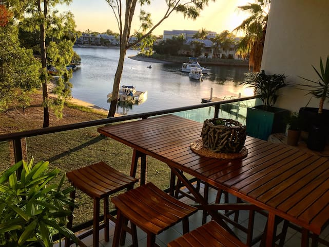 river straight infront of the door - Noosa Heads - Apartment