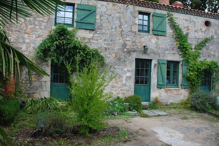 Jolie chambre, petit déj, cheminée, 20 mn Nantes - Aigrefeuille-sur-Maine - บ้าน
